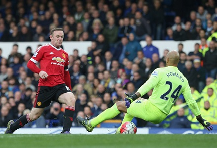 Goals galore in unlikely battle of top two Leicester v Man United
