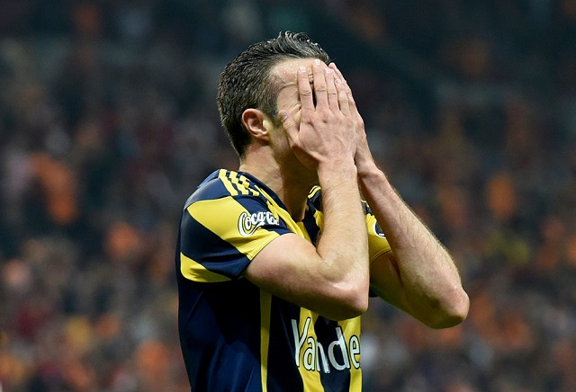 Unsettled van Persie looks set to join Rangers
