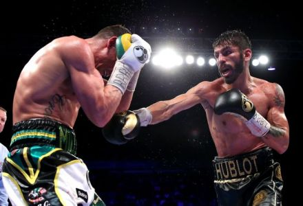 Linares defeats Crolla to retain title