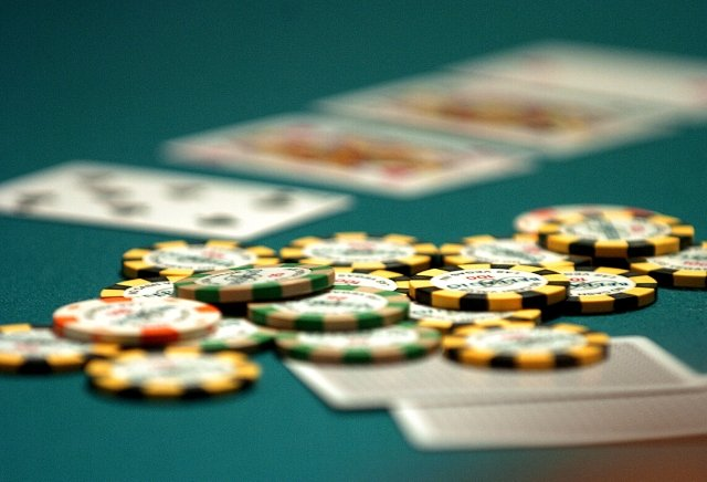 What are the main differences between online and offline poker?